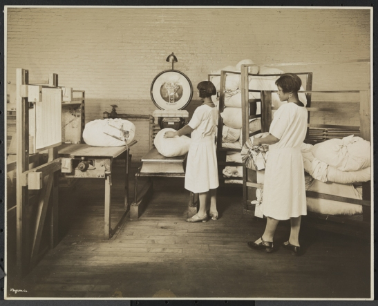 Byron Company (New York, N.Y.) Carolyn Laundry, 111 East 128th St., Weighing Bags of Laundry, 1928. Museum of the City of New York. 93.1.1.6819