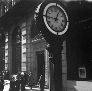 Wurts Bros. (New York, N.Y.). Sidewalk clock and Guaranty Trust Company building. ca. 1939. Museum of the City of New York. X2010.7.1.17786