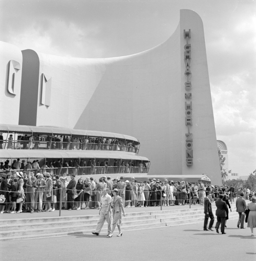 Wurts Bros. (New York, N.Y.). People waiting in line for the Futurama ride at General Motors Highways and Horizons pavilion, New York World's Fair. Museum of the City of New York. X2010.7.1.18077