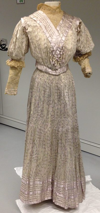 Mrs. C. Donovan, dressmaker. Afternoon dress in printed silk, 1905-05. Museum of the City of New York. Gift of Mrs. Laurence Rockefeller, 81.43.2.